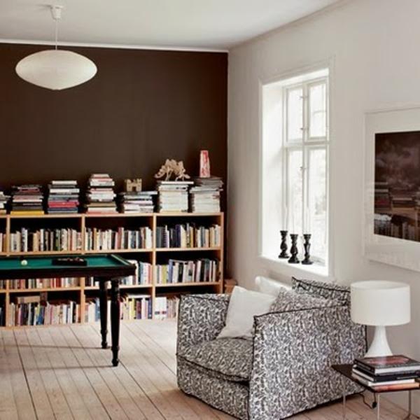 schöne-wandfarben-für-wohnzimmer-modern- viele bücher auf regalen