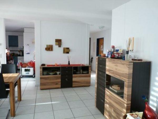 schöner-wohnen-farbdesigner-hölzerne-schränke-und-weiße-wände -moderne gestaltung