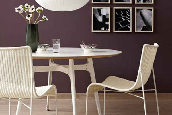 schöner-wohnen-farbe-für-die-wand-dunkel-lila-weiße-möbel - vase mit weißen blumen