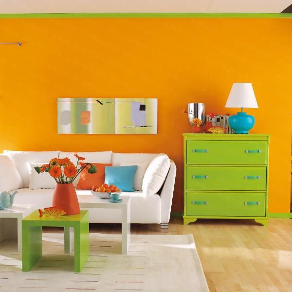 schöner-wohnen-farben-wohnzimmer-mit-oranger-wand-und-grünem-schrank -lustig
