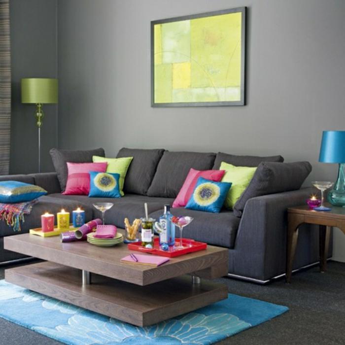 schöner-wohnen-trendfarben-graue-wände-bunte-dekokissen