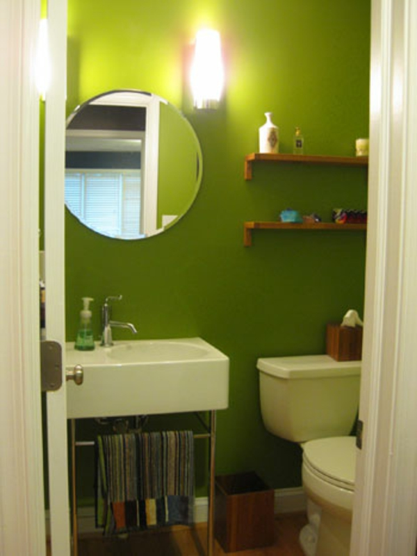 schöner-wohnen-wandfarbe-im-badezimmer-grün - runder spiegel und ein waschbecken