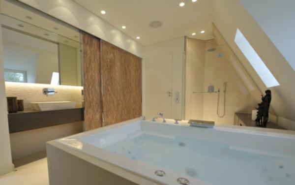 Badezimmer im Dach – große badewanne und deckenleuchten