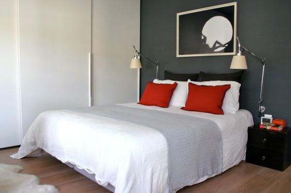 schlafzimmer-einrichten-weiße-bettbezüge-akzentwand - zwei lampen