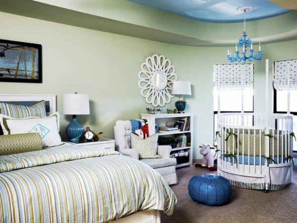 schlafzimmer-mit-einem-großen-bett-und-einem-runden-babybett - möbel