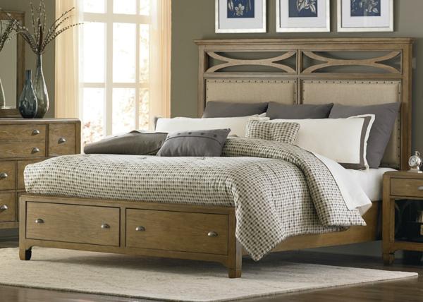 schlafzimmer-mit-einem-schönen-polsterbett - dekorative - kissen