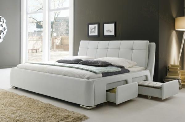 schlafzimmer-mit-grauer-wand-und-weißem-polsterbett - wunderschön