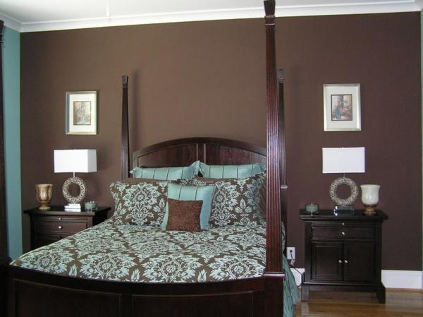 schlafzimmer-schöne-wandfarben- holzbett , bilder an der wand und zwei lampen in weiß