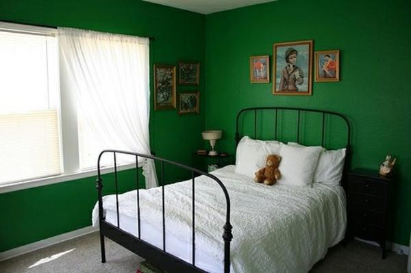 schlafzimmer-wandfarbe-grün- weiße gardinen und bilder an der wand