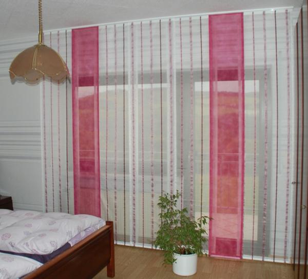 schlafzimmergardinen-rosige-linien - kronleuchter und pflanze