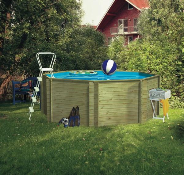 schwimmbadbau-kosten - ball aufs wasser werfen
