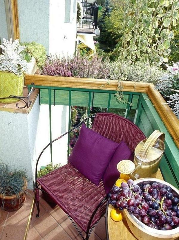 seitensichtschutz-balkon-lila-stuhl