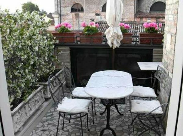 seitensichtschutz- terrasse-modern-gestalten-mit-weißen-möbeln-tisch-aus-marmor