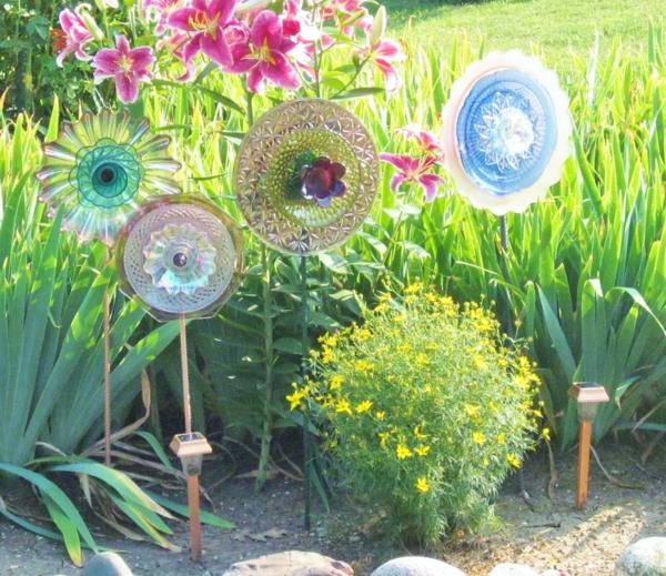 selbstgemachte-gartendeko-künstliche-blumen - bunte farben und grünes gras