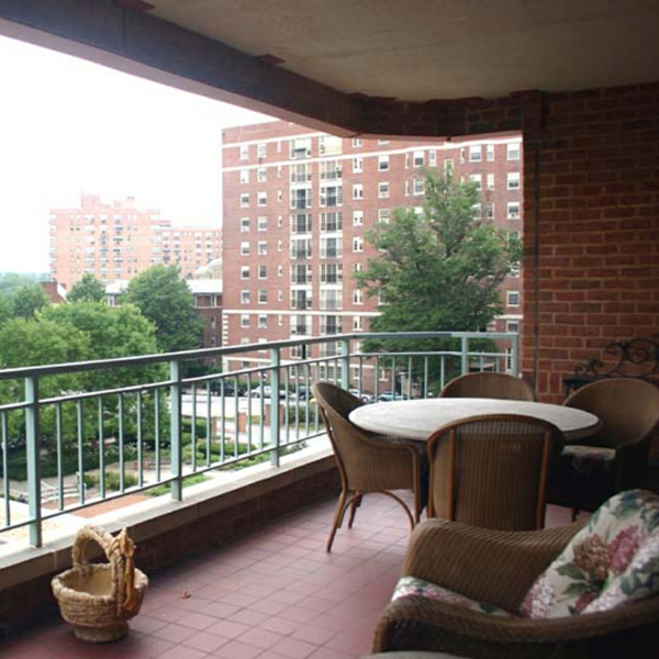 sichtschutzzäune-für-terrasse-runder-tisch-schöner-blick