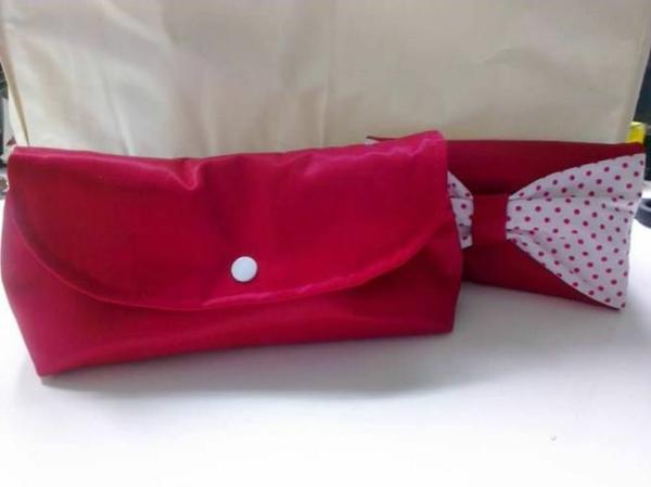zwei selbst gemachte handtaschen  in roter farbe - eine schleife