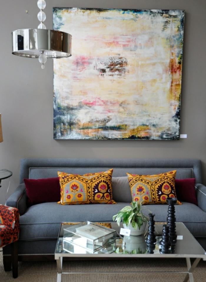 sofa-und-modernes-bild-an-der-wand-graue-wandfarbe