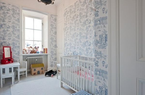 tapete-babyzimmer-helle-nuance - sehr kleiner tisch mit stühlen und plüschtiere am fenster