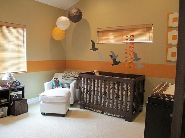 tapete-für-babyzimmer-braun-und-orange- drei kugeln hängen von der decke als dekoration