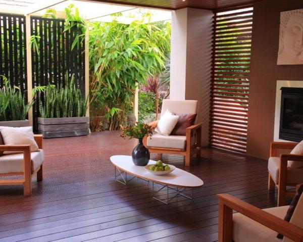 terrasse-holzfliesen-nesttisch-möbel - vase mit blumen auf dem tisch