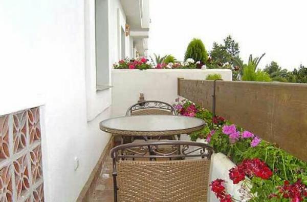 terrasse-umrandung-runder-tisch-und-zwei-stühle-schmall-doch-sehr-schön-dekoriert