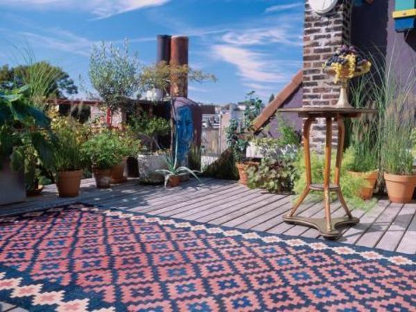 terrassenbelag-schöner-teppich - nesttisch und pflanzen