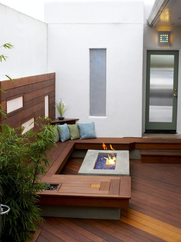 terrassenboden-holz-interessant - weiße wandfarne und ein kleiner kamin
