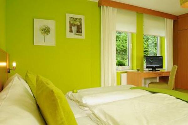 wände-streichen-ideen-schlafzimmer-in-grün - dekokissen und bilder ...