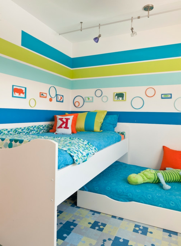 wandbemalung-kinderzimmer-hell-blau-grün-und-weiß- bunte dekokissen