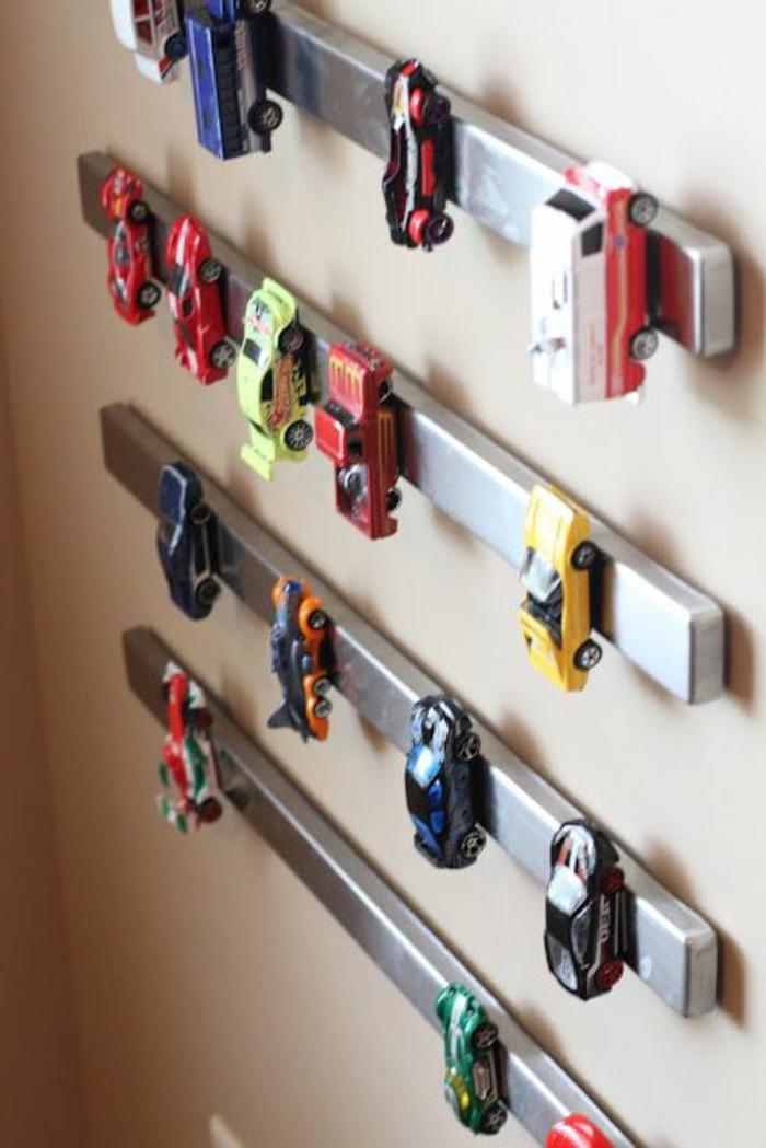 wanddeko-im-jungenzimmer- viele-autos-spielzeuge