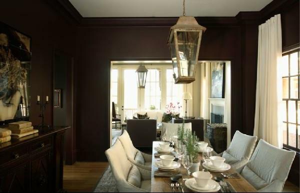 wandfarbe-braun-moderne-zimmergestaltung- porzellangeschirr auf dem großen esstisch