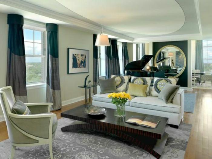 wandfarbe-grau-gardinen-dekokissen-schönes-schlafzimmer