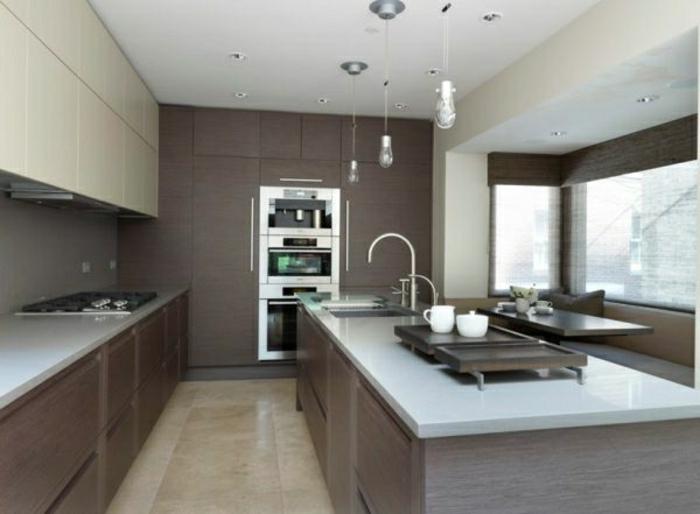 wandfarbe-grau-große-küche-mit-einer-schönen-kochinsel