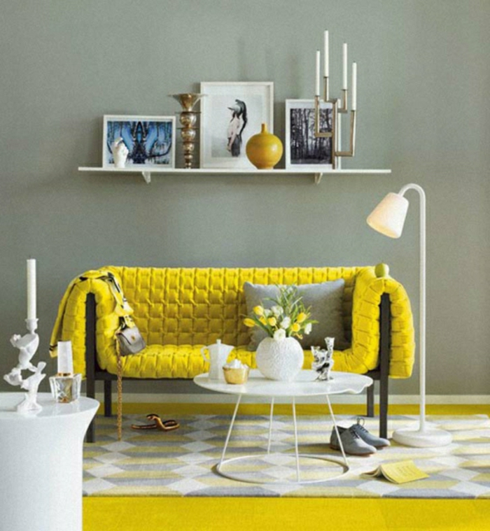 wandfarbe-grau-wohnzimmer-gelbes-sofa