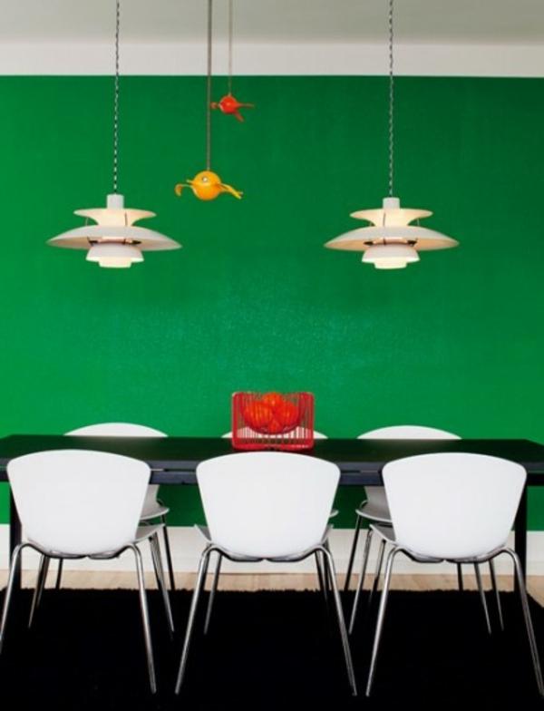 wandfarbe-ideen-fürs-esszimmer-grüne-wand-und-drei-weiße-stühle - zwei kronleuchter