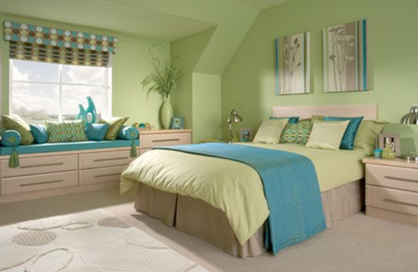 wandfarbe-ideen-grüne-schemen-schlafzimmer-sofa mit dekokissen