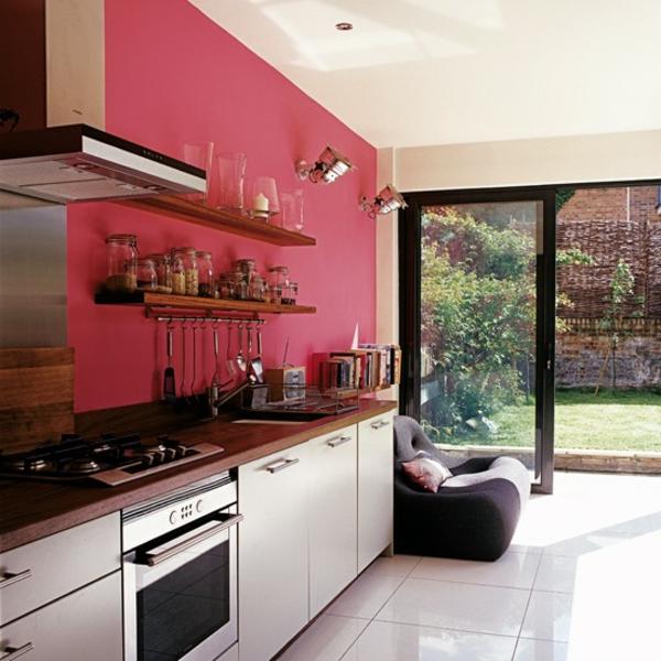 wandfarbe-ideen-rote-wand-in-einer-modernen-küche-mit-glaswänden - auffällig