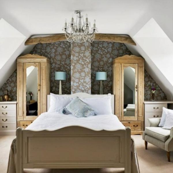 wandfarbe-taupe-schlafzimmer-kronleuchter - schränke mit spiegeln