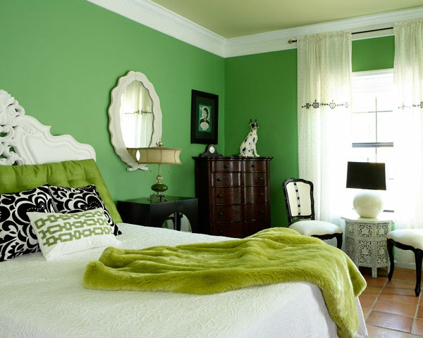wandfarben-muster-grüne-farbschemen-im-schlafzimmer bunte kissen