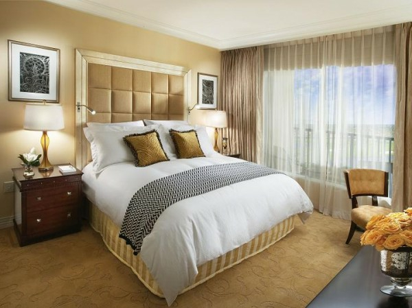 wandideen-für-schlafzimmer-goldene-farbe- goldenfarbiger teppich