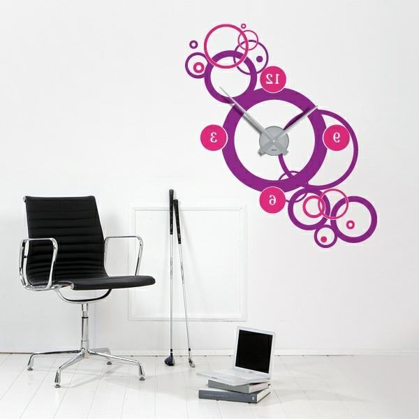 wandtattoo_gestalten-uhr-lila-und-zyklamen-farbe - stuhl in schwarz