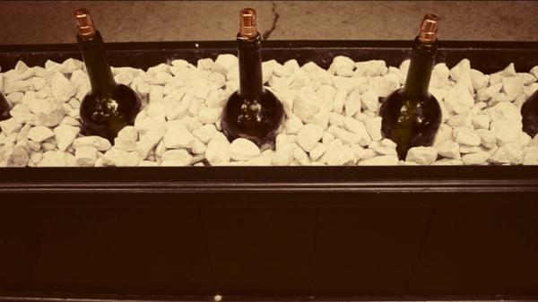 weinflaschen-aufbewahren-ideen- weiße steine verwenden