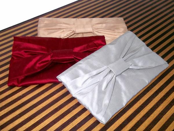 drei modelle von selbst gemachten handtaschen in verschiedenen farben - rot, grau und beige