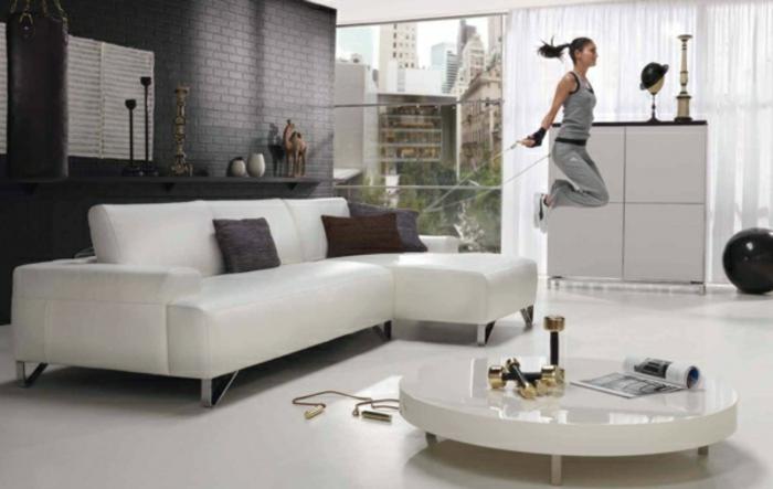 wohnzimmer-ausstatten-wandfarbe-grau-weißes-sofa