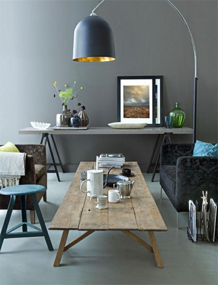 wohnzimmer-graue-wandfarbe-und-hölzerner-nesttisch