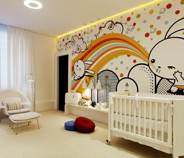 wunderschöne-tapeten-im-babyzimmer- weiße vorhänge bett