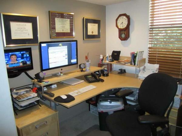 wunderschönes-ikea-büromöbel- uhr an der wand