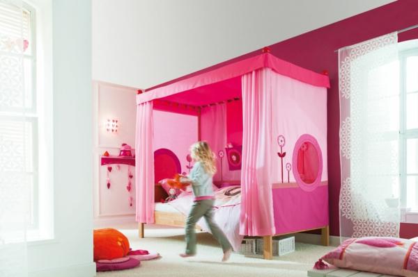 kinderzimmer-mit-einem-himmelbett - in rosiger farbe