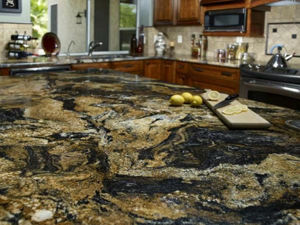 arbeitsplatte-aus-granitt-moderne-küche-gestalten-zitronen schneiden