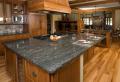Arbeitsplatte aus Naturstein für die Küche – 32 Ideen!